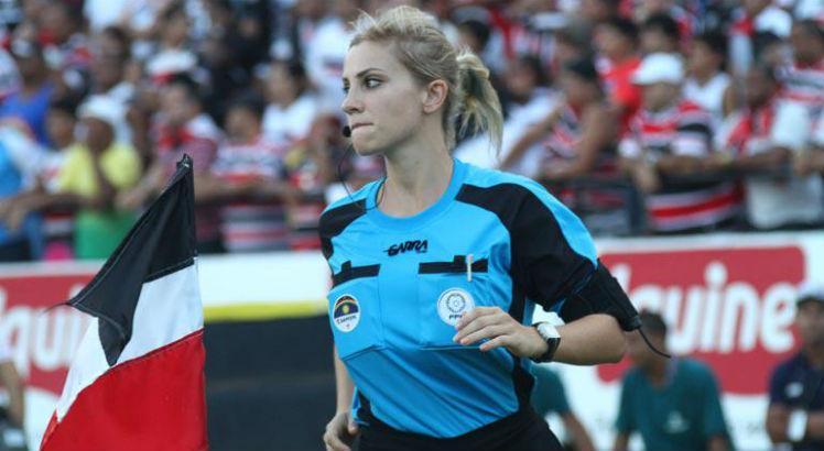 Árbitra Brasileira fica famosa internacionalmente por brincadeira em jogo