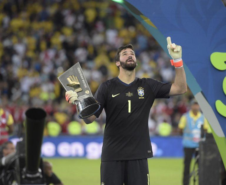 Goleiro Alisson é apontado como forte concorrente ao prêmio Bola de Ouro