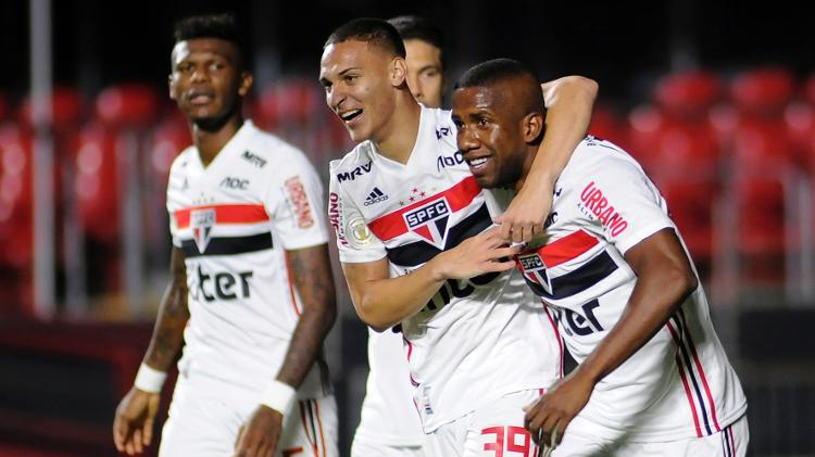 São Paulo acaba com jejum de 8 partidas sem vencer ao golear a Chapecoense