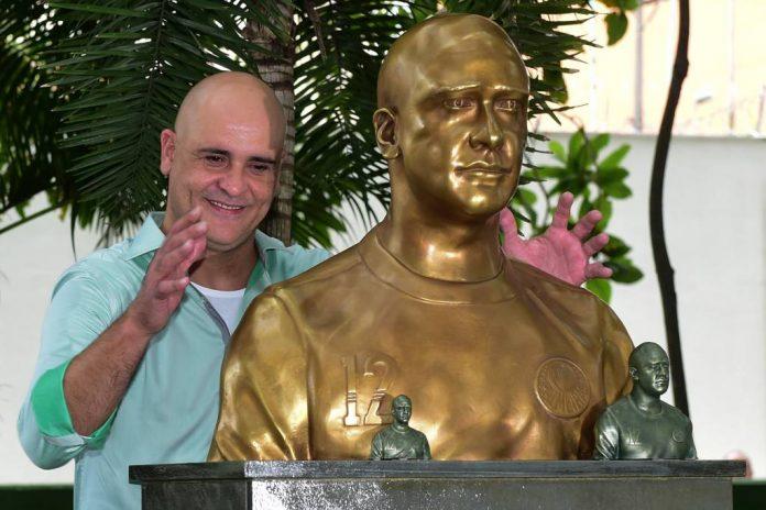 Marcos ex-goleiro do Palmeiras e sua estátua