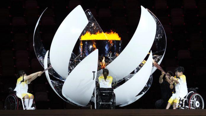 A chama é acesa durante a cerimônia de abertura dos Jogos Paraolímpicos, na noite de terça-feira. CRÉDITO: AP