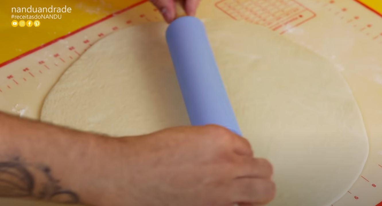 abrindo a massa de pizza com um rolo